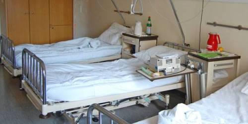 Müssen Patienten früher sterben, damit die Betten im Krankenhaus schneller wieder genutzt werden können? Foto: Pixelio/by Sassi