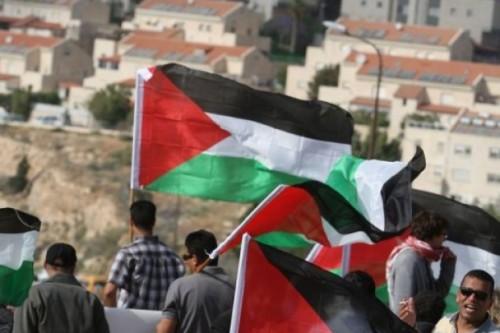 Alleine die USA haben eine formelle Verurteilung der israelischen Siedlungspolitik verhindert. Das Archivfoto zeigt demonstrierende Palästinenser vor der Kulisse der jüdischen Siedlung Maale Adumim im Westjordanland.